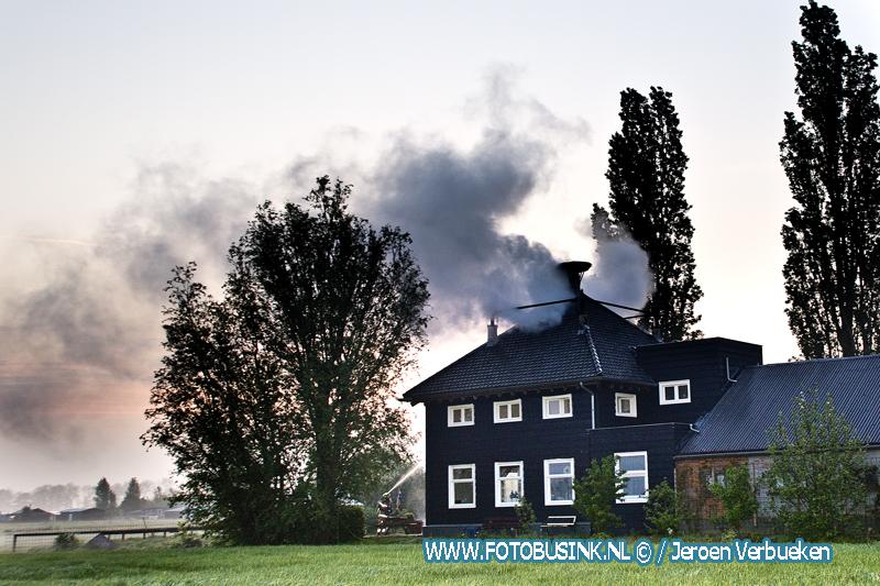 Grote brand in woonboerderij aan de Parallelweg in Sliedrecht.