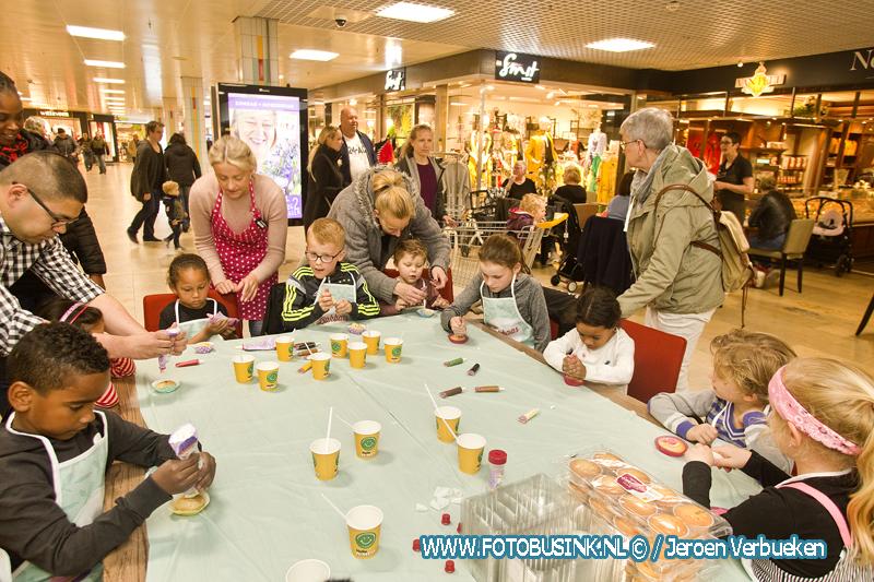 Cupcakes versieren voor Moederdag in winkelcentrum Sterrenburg.