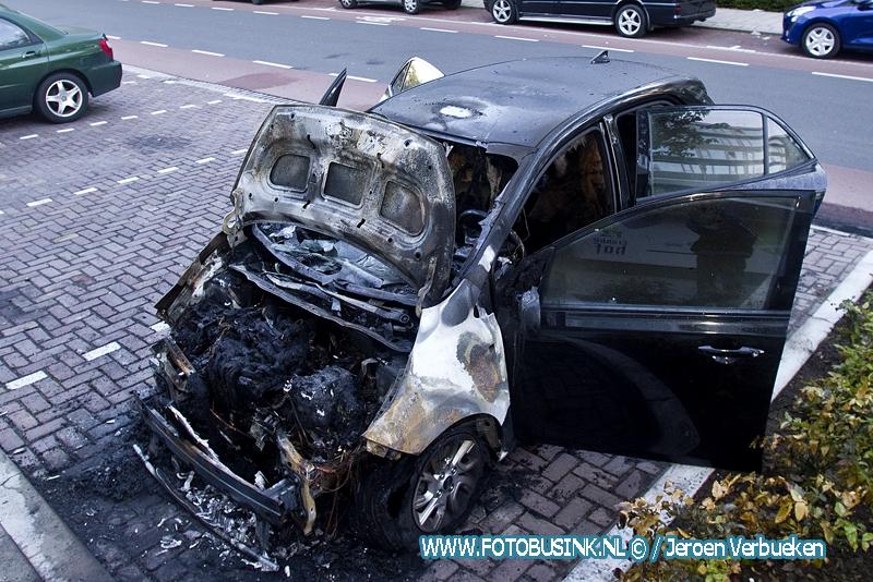 Auto verwoest door brand aan de Thorbeckeweg in Dordrecht.