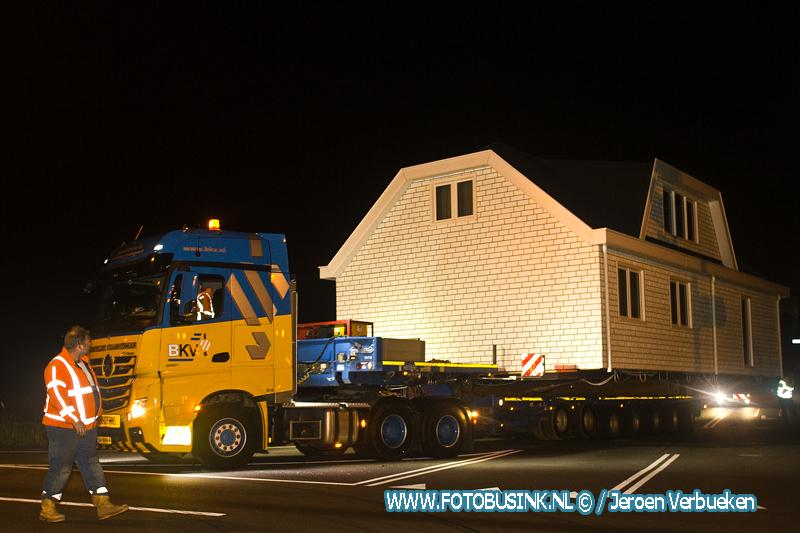 Nachtelijke verhuizing van woonwagens in Alblasserdam.