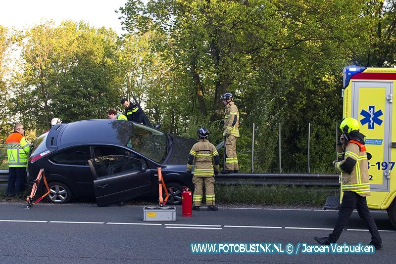 Auto op vangrail bij de oprit A16 in Dordrecht.