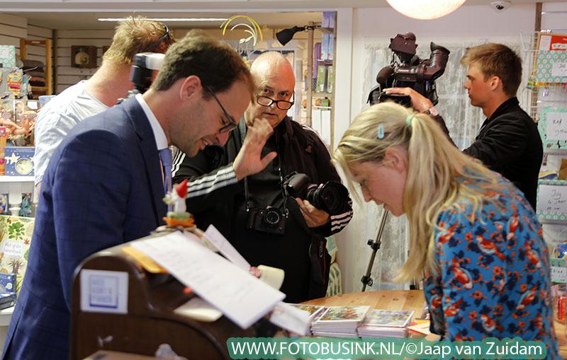 Wethouder Heijkoop schrijft kaart in winkel Juffrouw Pollewop