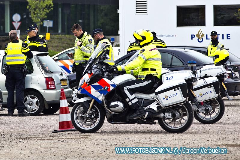 Grote politiecontrole op Laan van Europa in Dordrecht.