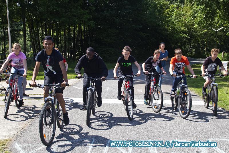 Leerlingen van het Dordtse Drechtsteden college fietsen voor Kika.