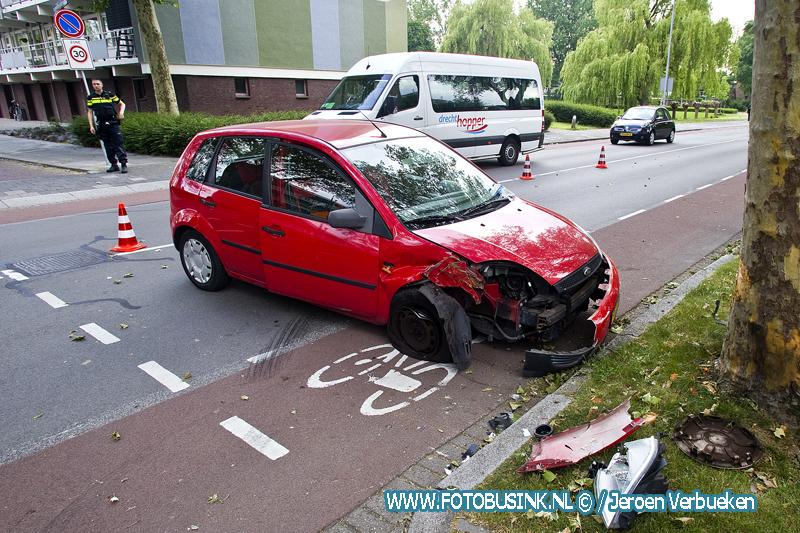 Automobiliste na ongeval met boom op de Blaauwweg naar ziekenhuis.