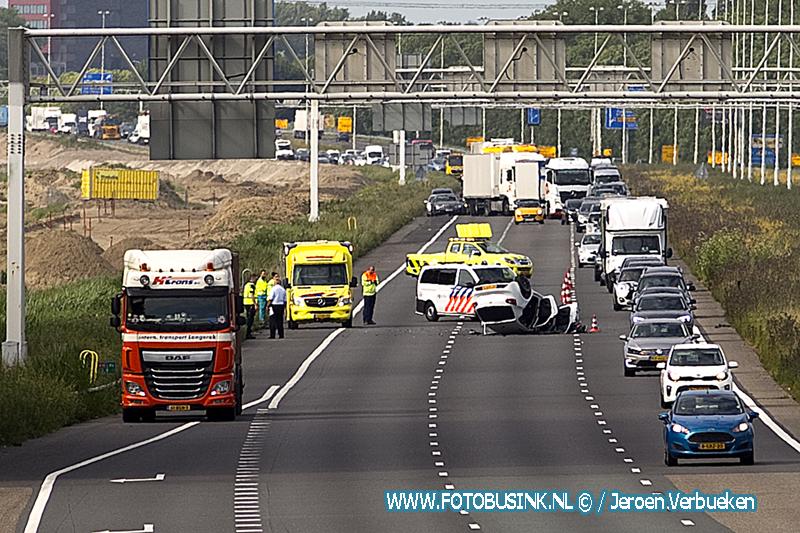 Auto op zijn kop op de Rijksweg A16 Dordrecht