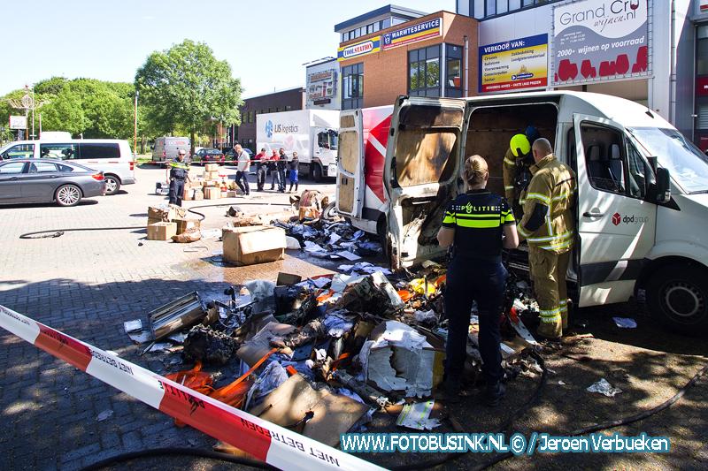 Postpakketten in bestelbus in de brand aan de Rijksstraatweg in Dordrecht.