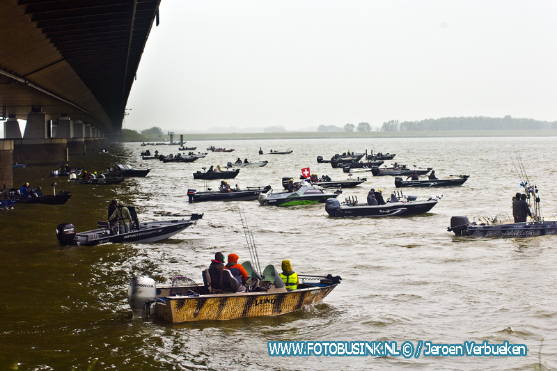 Europa's grootste viswedstrijd 'Predator Tour' gestart bij de Moerdijkbrug.