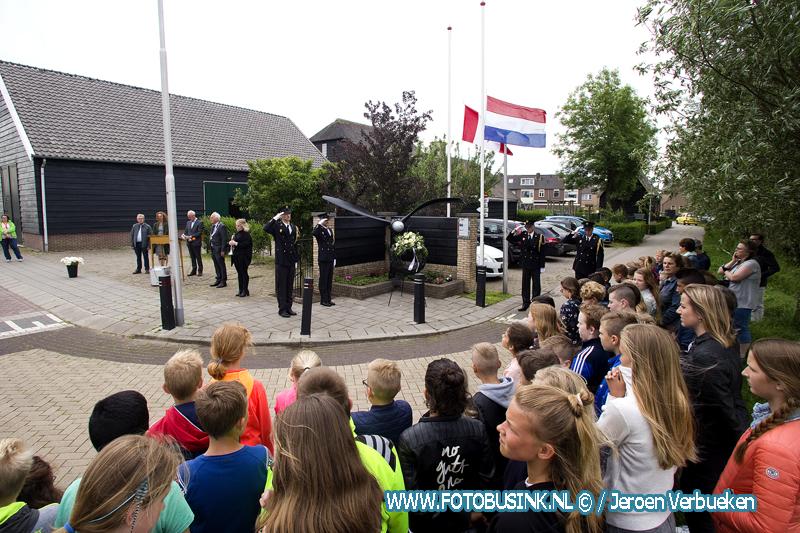kinderen houden herdenking bij het Mosquito in Bleskensgraaf.