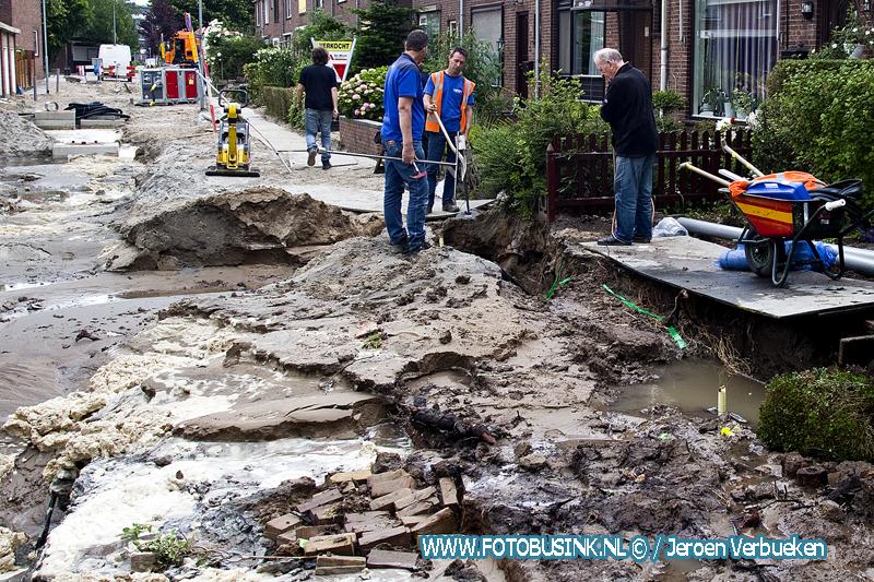 Waterleiding gebroken tijdens werkzaamheden aan de Mesdagstraat in Zwijndrecht.
