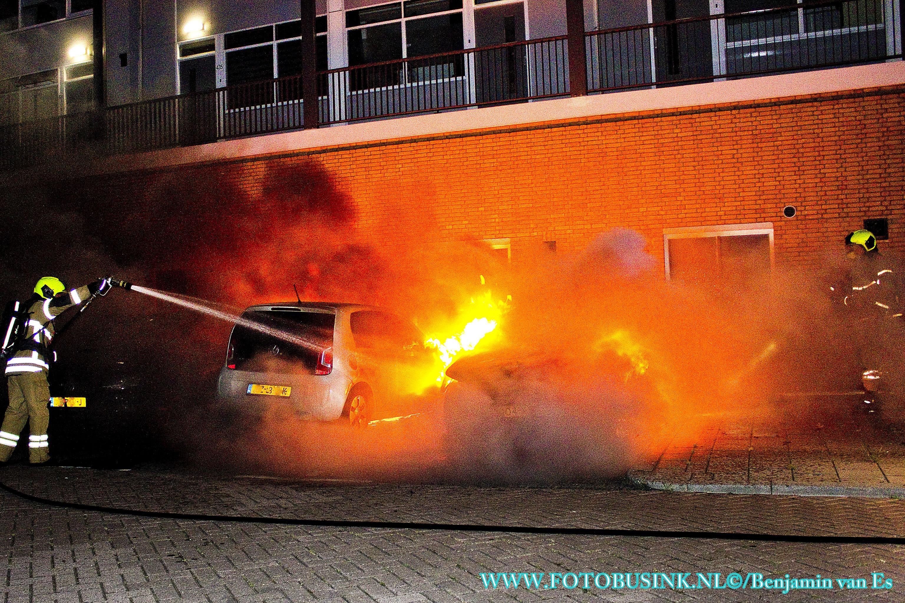 Twee auto's verwoest door brand aan het Admiraalsplein in Dordrecht.