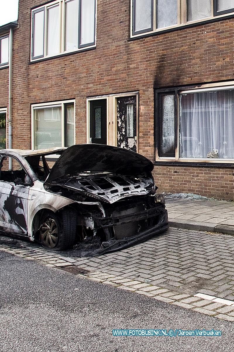 Bewoners vluchten woning uit voor Vuurzee aan de Willem Marisstraat in Dordrecht.