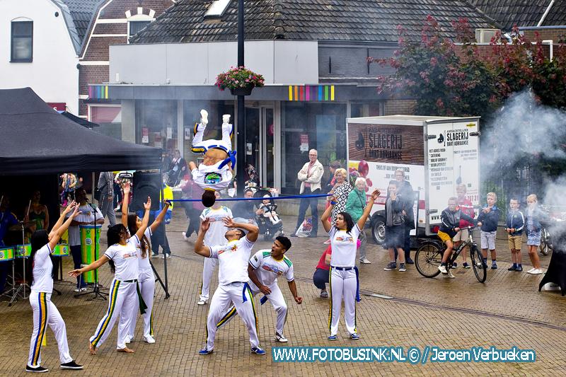 Capoeiragroep Natal uit Brazilië zorgt voor sfeer en gezelligheid op vrijmarkt in Sliedrecht.