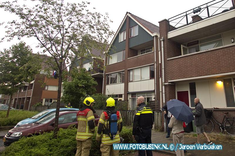 Bliksem slaat in nok van dak aan de Stellingmolen in Papendrecht.