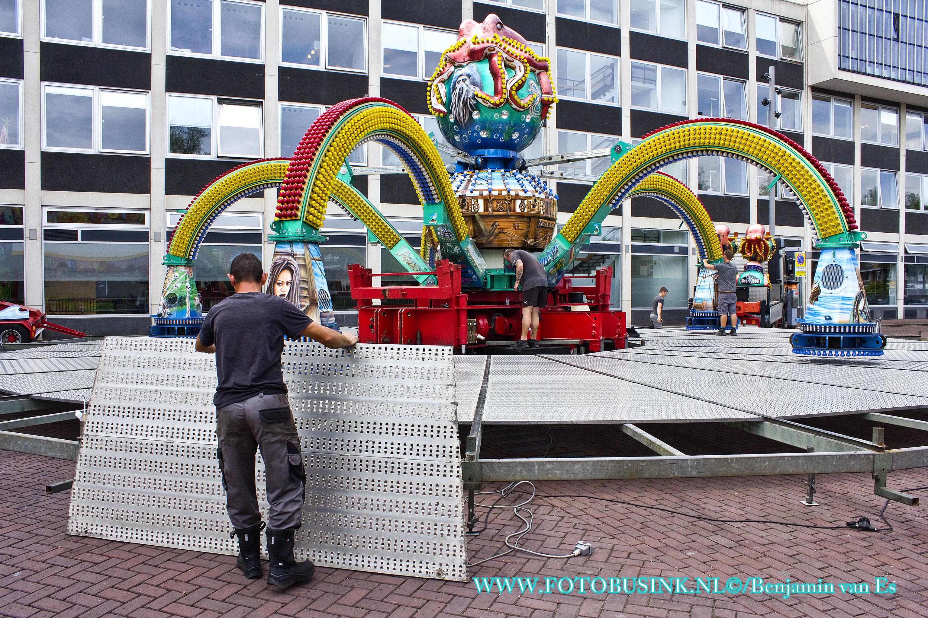 Kermis opbouw op de Spuiboulevard in Dordrecht.