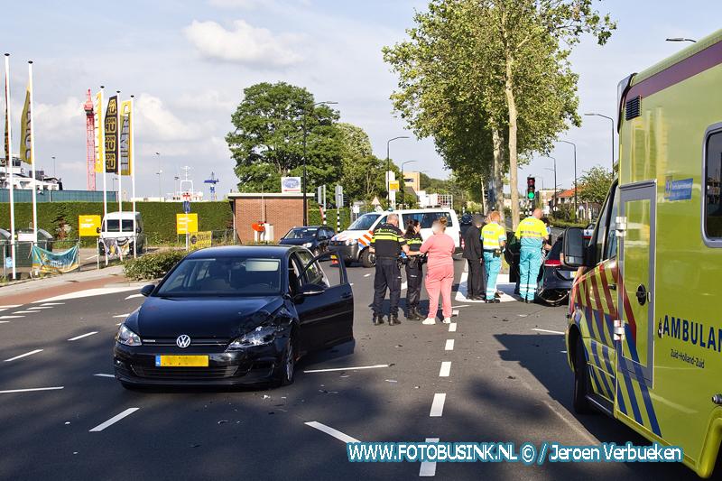 Aanrijding tussen twee personenauto's op de Merwedestraat in Dordrecht.