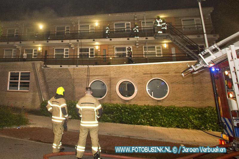 Brandweer haalt man uit brandende woning in Dordrecht.