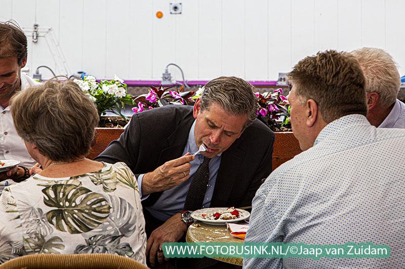 Burgemeester en wethouders eten poffertjes op de kermis