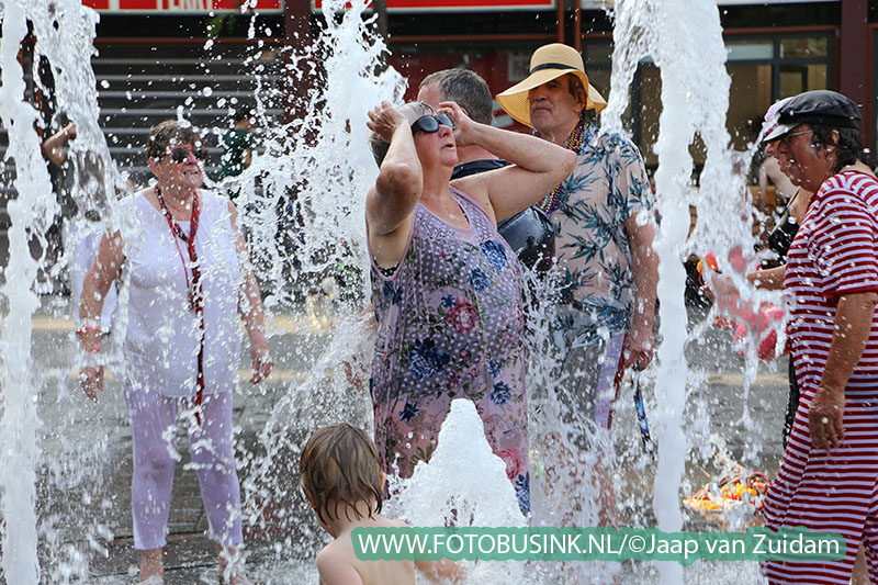 Badderen in de fontein van het Statenplein