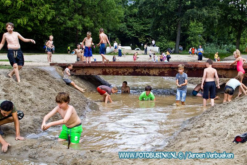 """Nieuwe natuurspeelpark """"Biggetjespark Puur Natuur"""" geopend in het Sterrenburgpark in Dordrecht."""