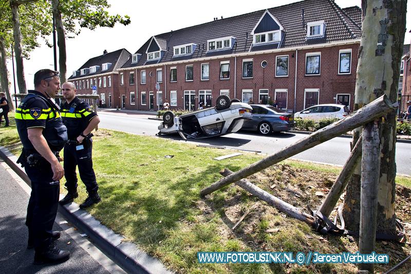 Auto over me kop Merwedestraat Dordrecht.