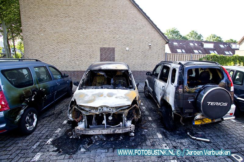 Vier auto's verwoest door twee autobranden in Dordrecht.