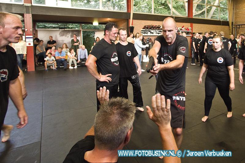 Ramon van der Griend, Luciën Pelt en Sjoerd Slurink doen examen Zwarte band Krav Maga in Dordrecht.