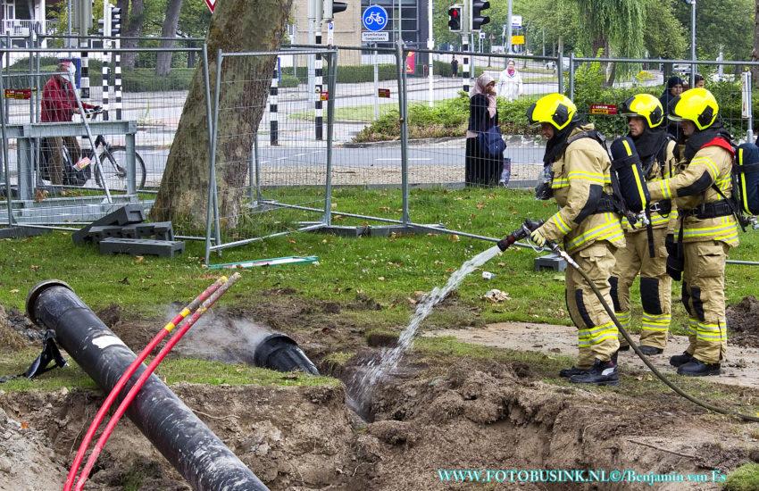 Brandweer koelt zwarte buis aan de Neptunuslaan in Dordrecht.
