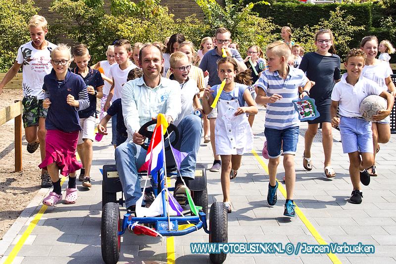 Wethouder Peter Verheij heropend de gerenoveerde speeltuin aan de Van Lennepstraat in Alblasserdam.