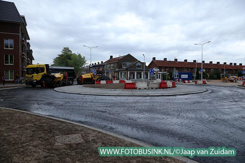 Wethouder Sliedrecht assisteert bij asfalteringswerkzaamheden