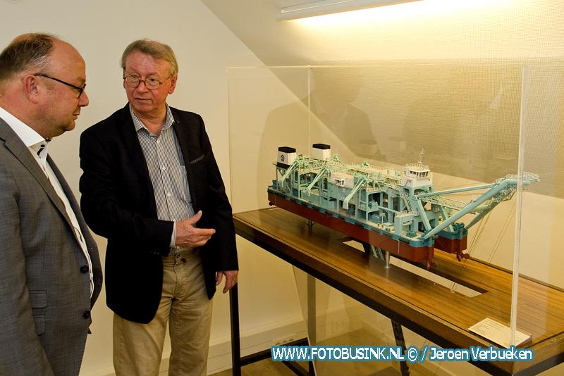 Wethouder Ton Spek vereert met profielzuiger Dejima in spreekkamer bij de gemeente Sliedrecht.