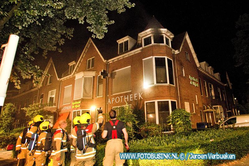 Brandweer schaalt op naar middelbrand bij Apotheek de Vijzel in Dordrecht.