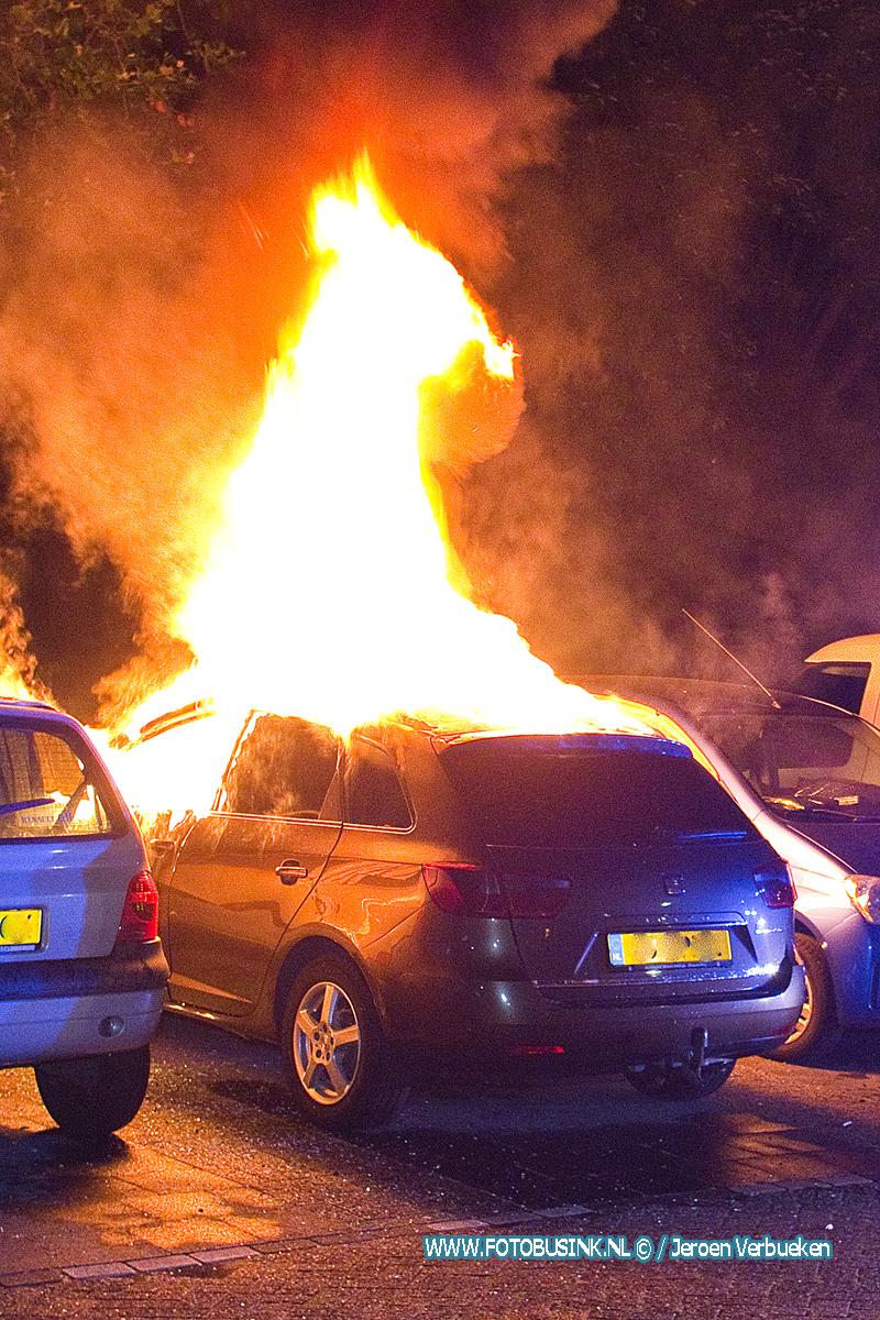 Auto verwoest door brand aan de Generaal S.H.Spoorstraat in Dordrecht