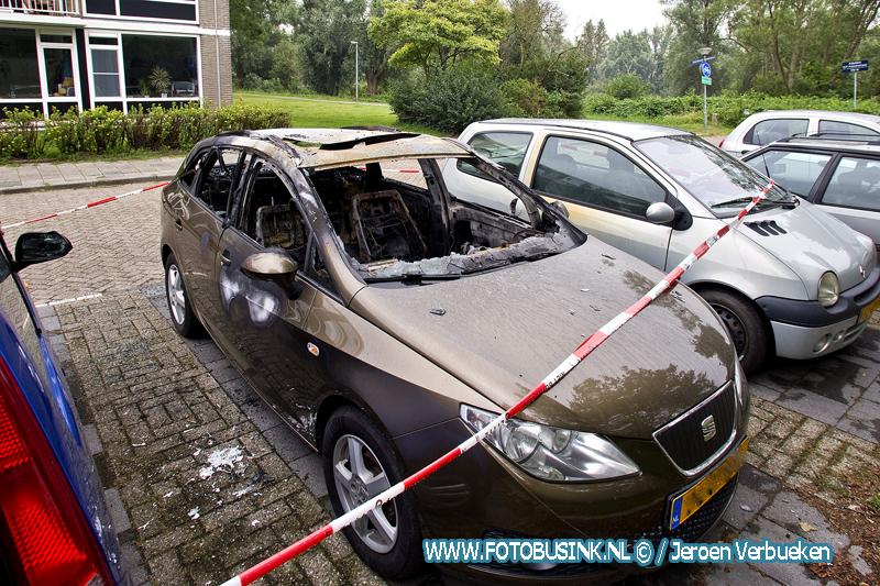 Bij daglicht schade goed te zien aan de door brand verwoeste auto in Dordrecht.