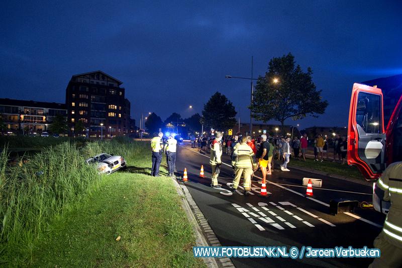Hulpdiensten met spoed opgeroepen voor een auto te water in Hendrik Ido Ambacht.