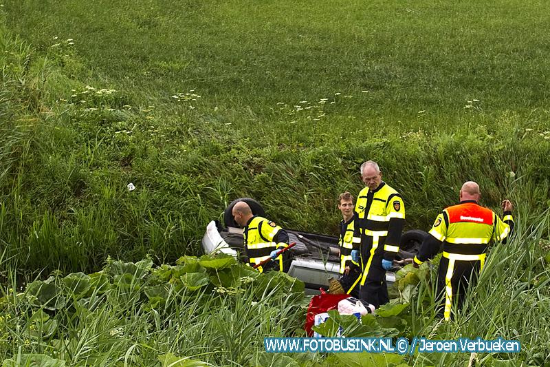Personenauto schiet van Rijksweg A16 voor Moerdijkbrug en komt op zijn kop in sloot.
