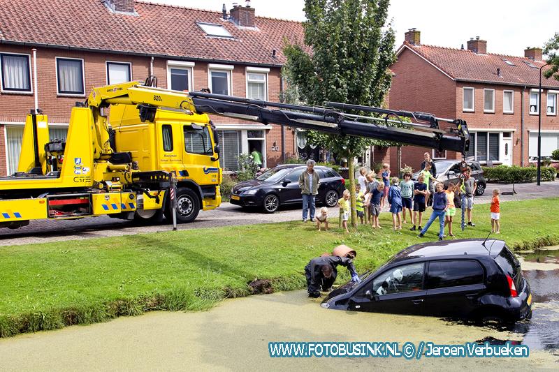 Auto te water aan de Frans Halsstraat in Hardinxveld-Giessendam.