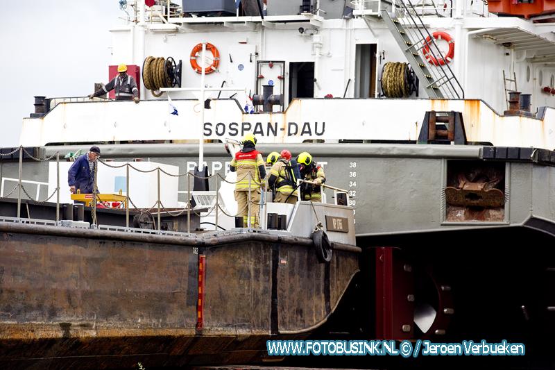 Brandweer opgeroepen voor scheepsbrand aan de Rivierdijk in Hardinxveld-Giessendam.