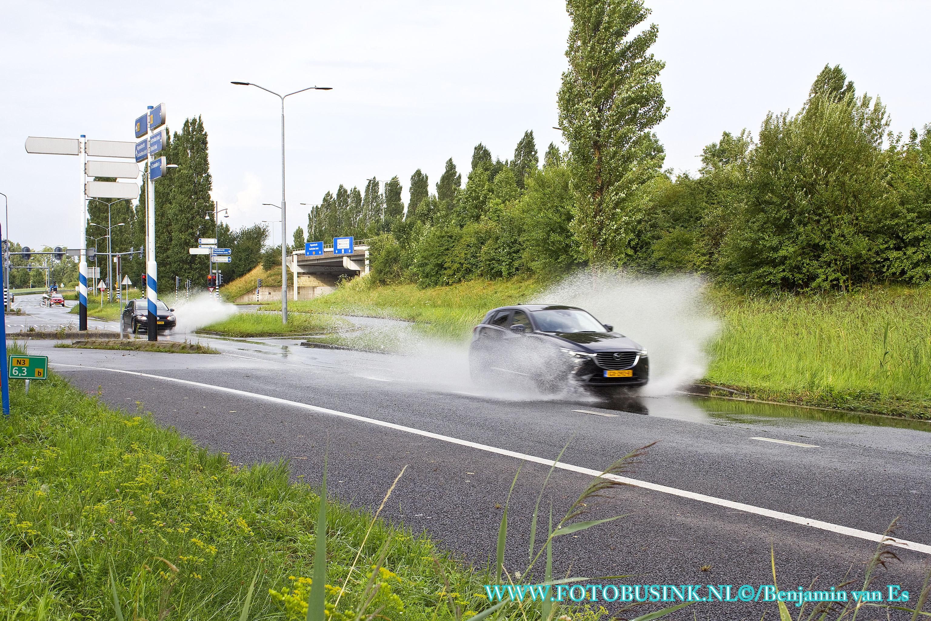 Veel water op de weg tijdens hevige regenbui in Dordrecht.