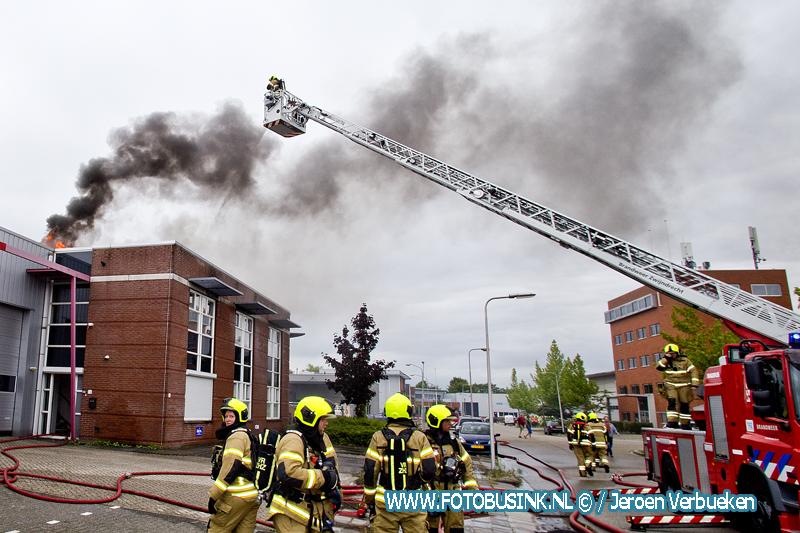 Dak kantoorpand in brand in Hendrik-Ido-Ambacht.