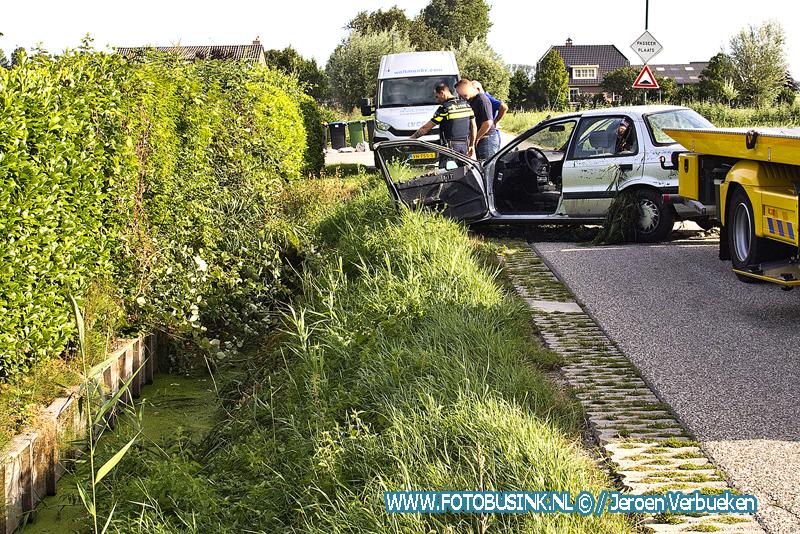 Auto belandt in greppel met water aan de Nolweg in Schelluinen.