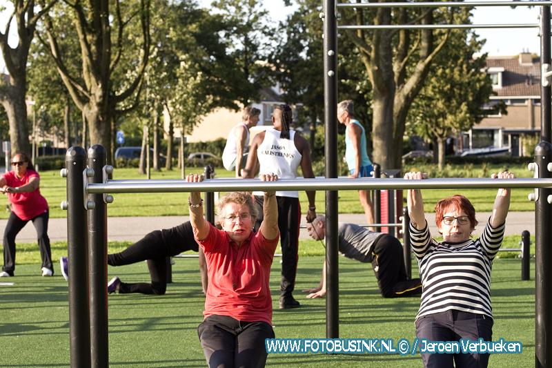 Clinic Calisthenics voor 50-plussers door Jason Bonam op het Leerparkpromenade in Dordrecht.