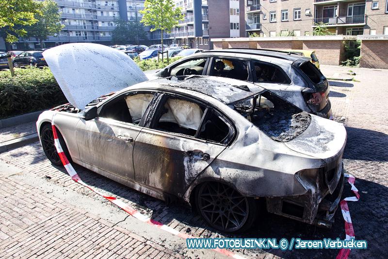 Twee auto's verwoest door brand aan het Zwarte Koor in Dordrecht.
