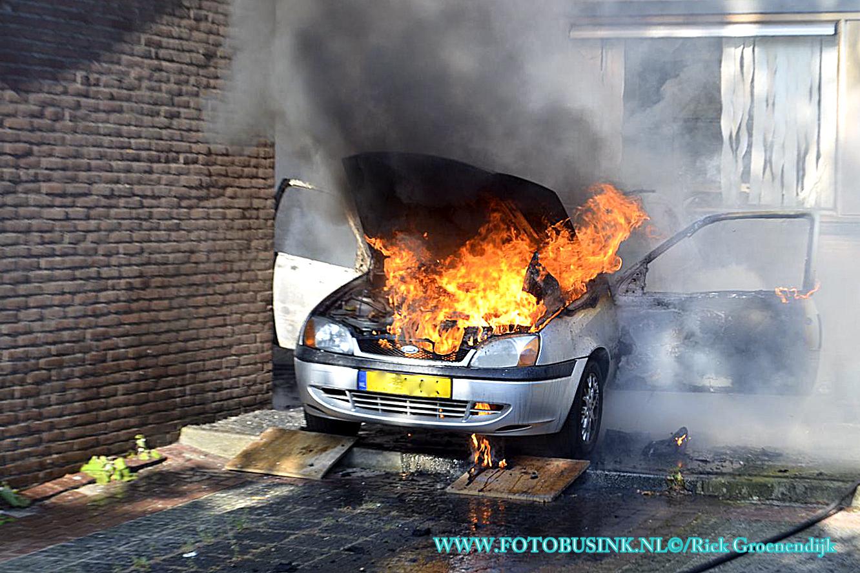 Auto verwoest door brand aan de Stellingmolen in Papendrecht.