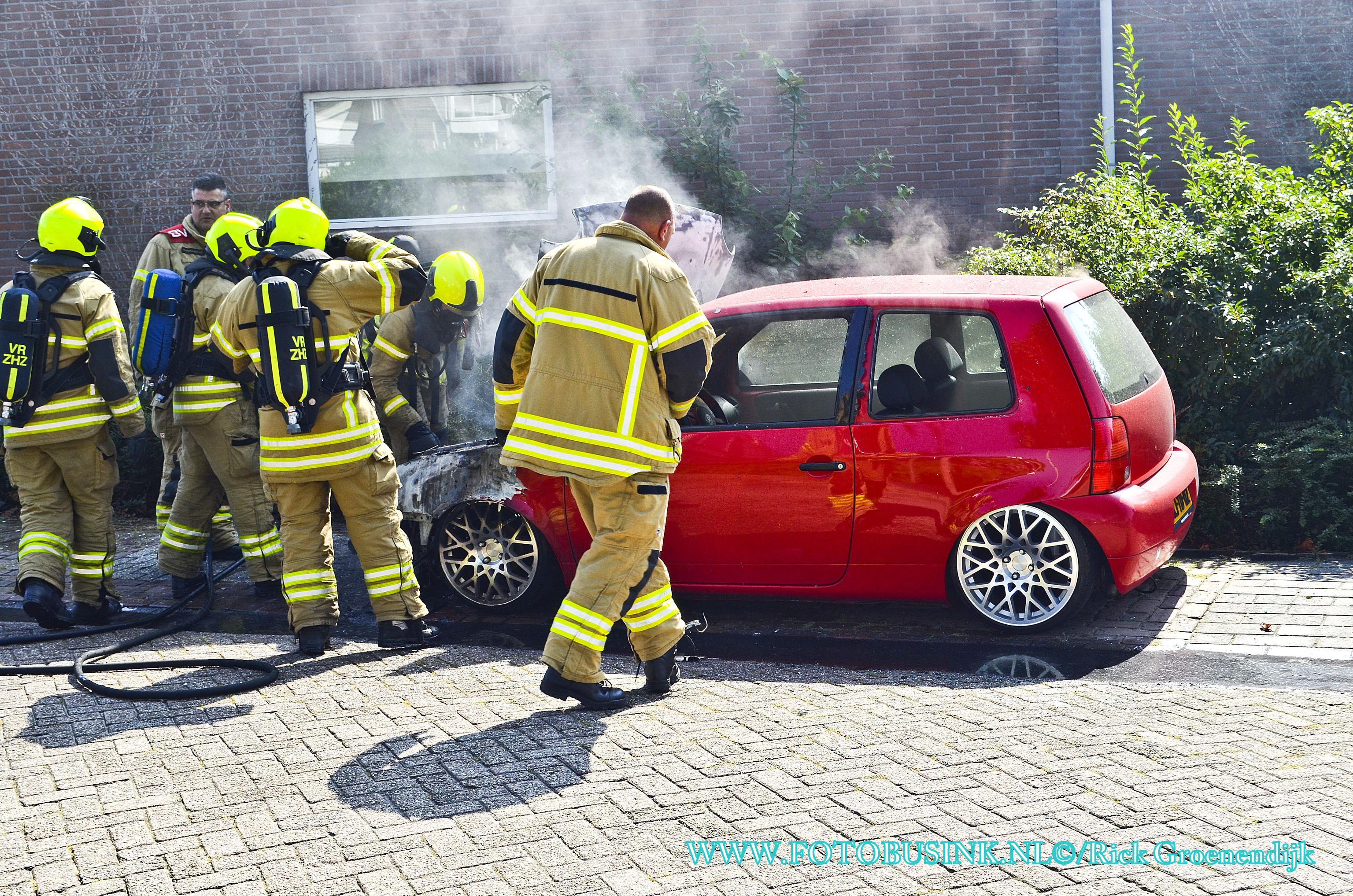 Auto in de brand aan de Torenmolen in Papendrecht.