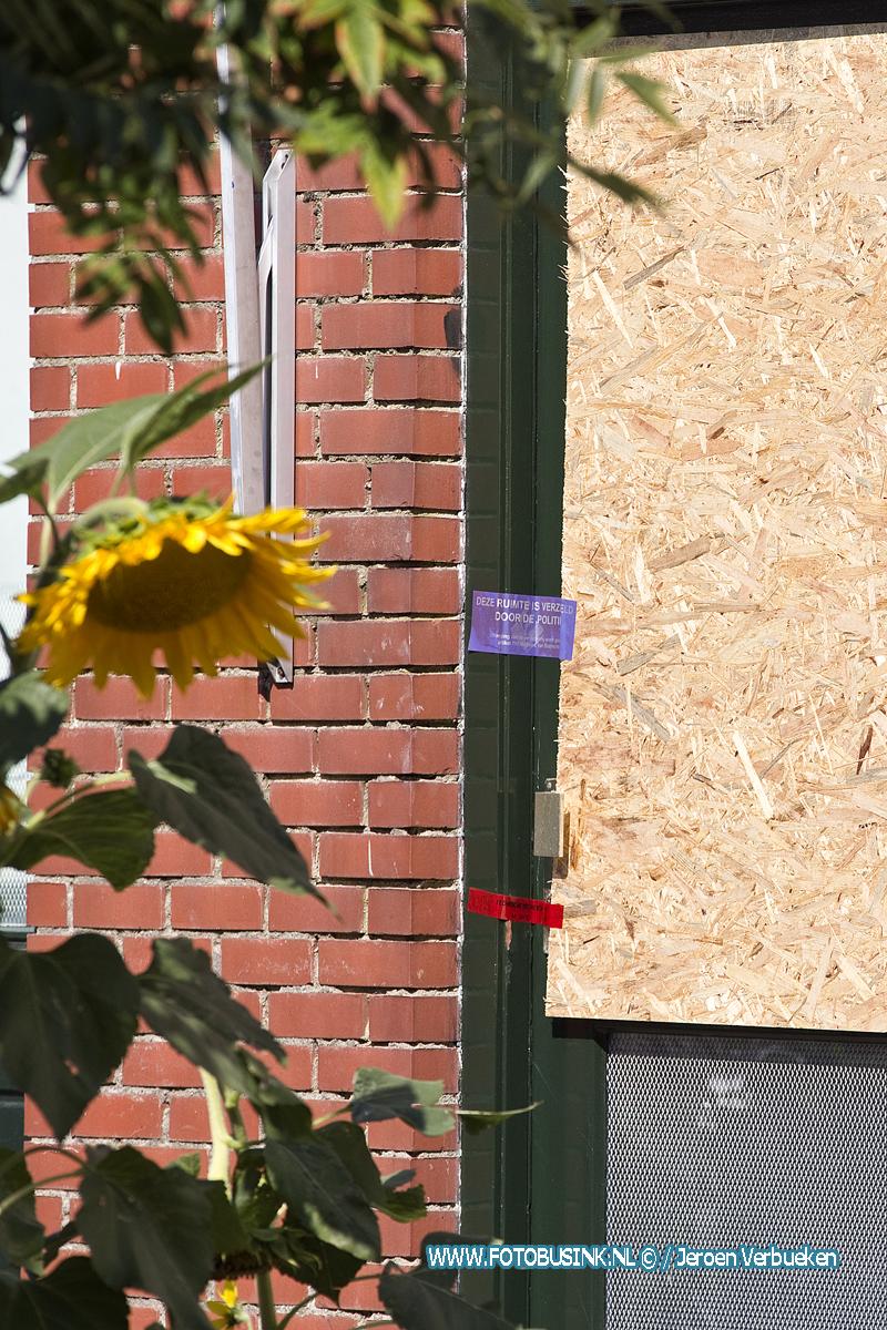 Gezinsdrama Heimerstein Dordrecht , 4 doden , omwonenden leggen bloemen neer.