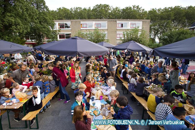 Ontbijten met de Dordtse Vrije School op het schoolplein.