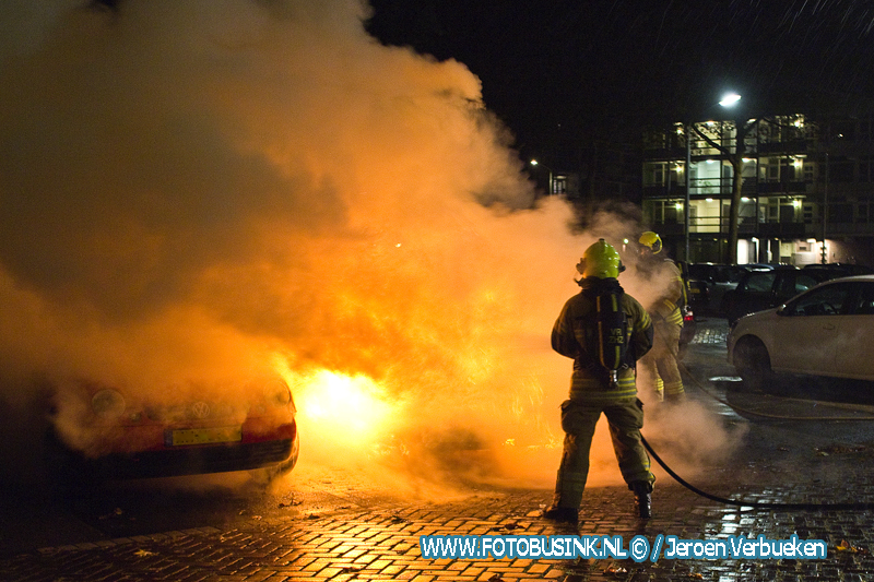 Auto verwoest door brand aan de Blaauwweg in Dordrecht