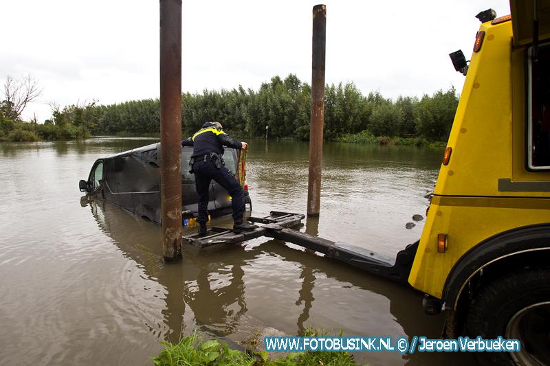 Gestolen bestelbus aangetroffen in het water aan de Oosthaven in Dordrecht.