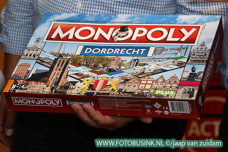 Wethouder Burggraaf neemt eerste Dordrecht Monopoly in ontvangst